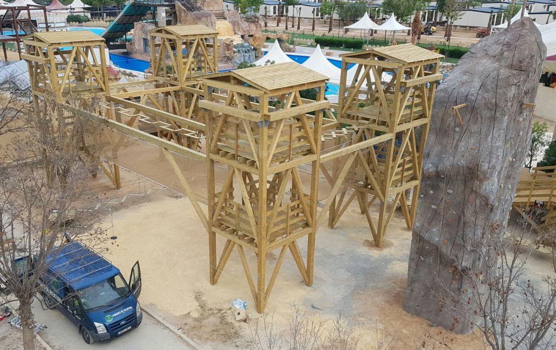 estructura de madera para circuito de aventura