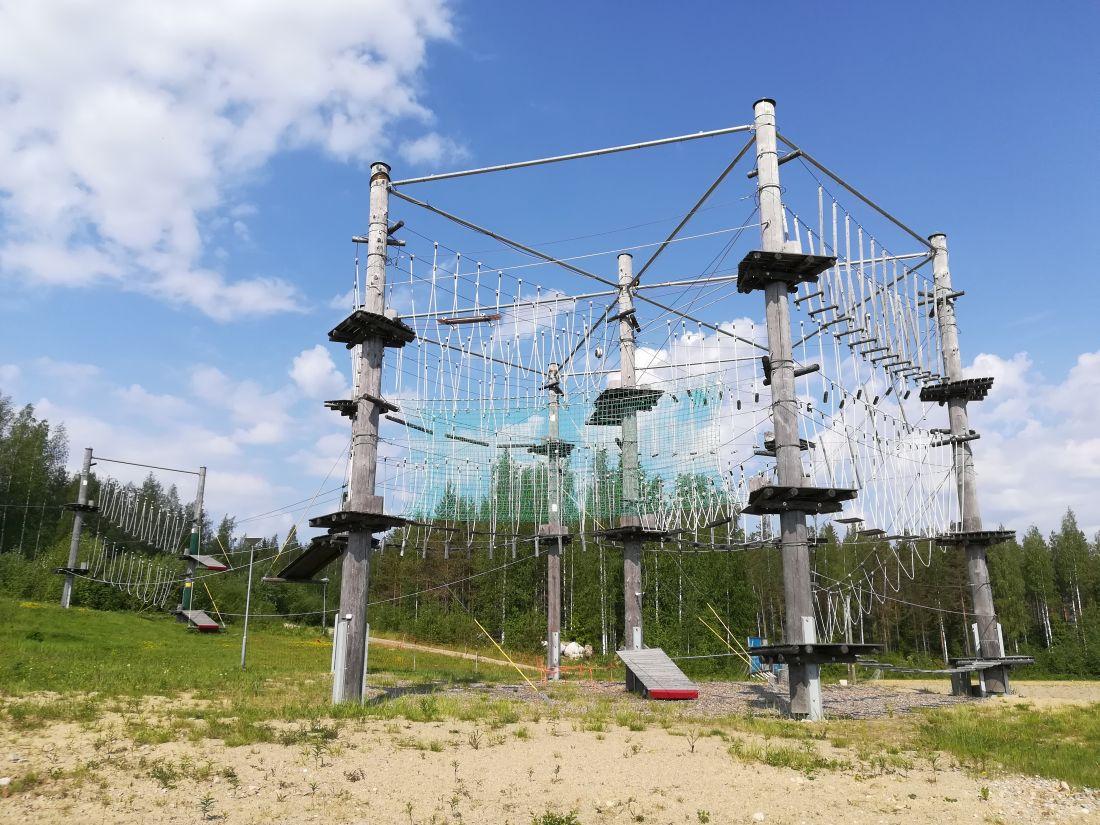 inspeccion de parque de aventura con estructura mixta de madera y acero