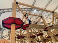 inspeccion de parque de aventura indoor con postes de madera