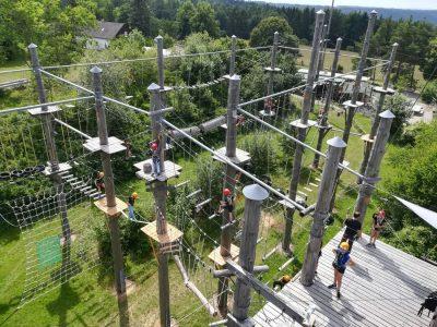 Parque de aventura con postes de madera