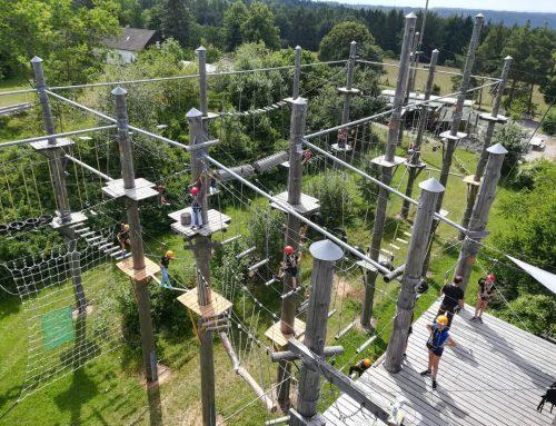 Inspección de parque de aventura con postes de madera