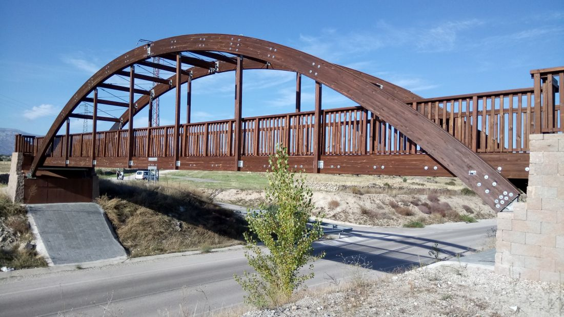 puente peatonal con arco de madera
