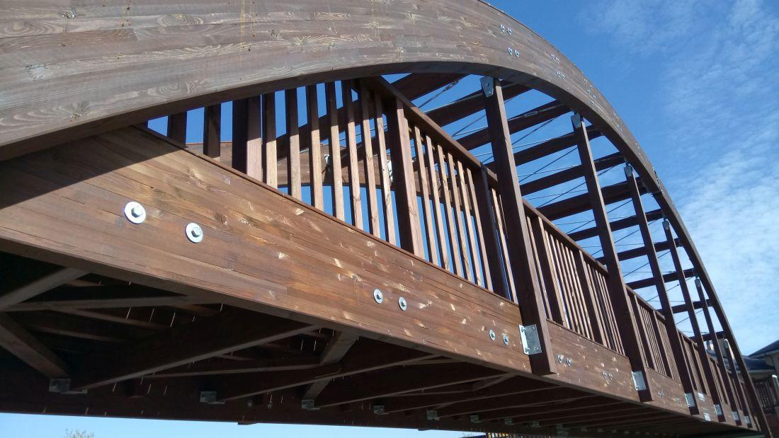 puente peatonal con estructura de madera laminada