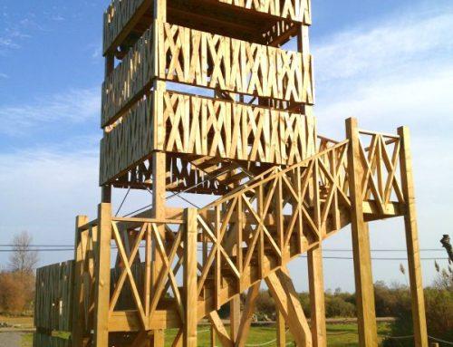 Torre de observación de aves con estructura de madera laminada